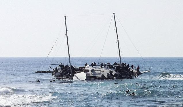 Duas embarcações com cerca de 450 pessoas estão afundando no mar