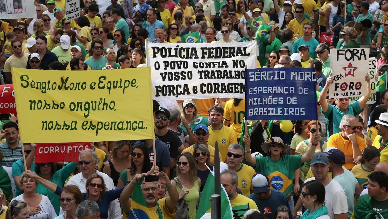 Curitibanos pedem impeachment e homenageiam Sergio Moro