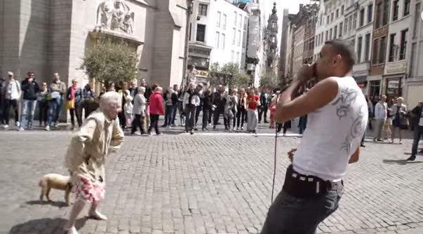 Idosa dança ao som de beatbox na Bélgica