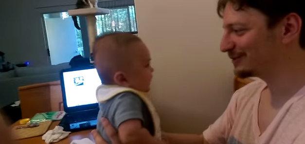 """""""I love you"""", diz bebê de três meses"""