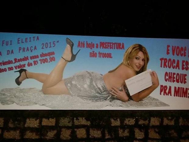 Transexual espalha cartazes por Laguna cobrando prêmio de Carnaval