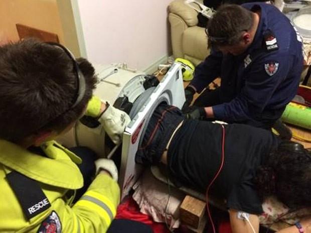 Australiano é resgatado após ficar entalado em máquina de lavar roupa