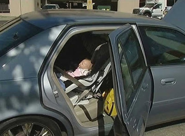 Polícia arromba carro para resgatar bebê, mas acha boneca hiper-realista