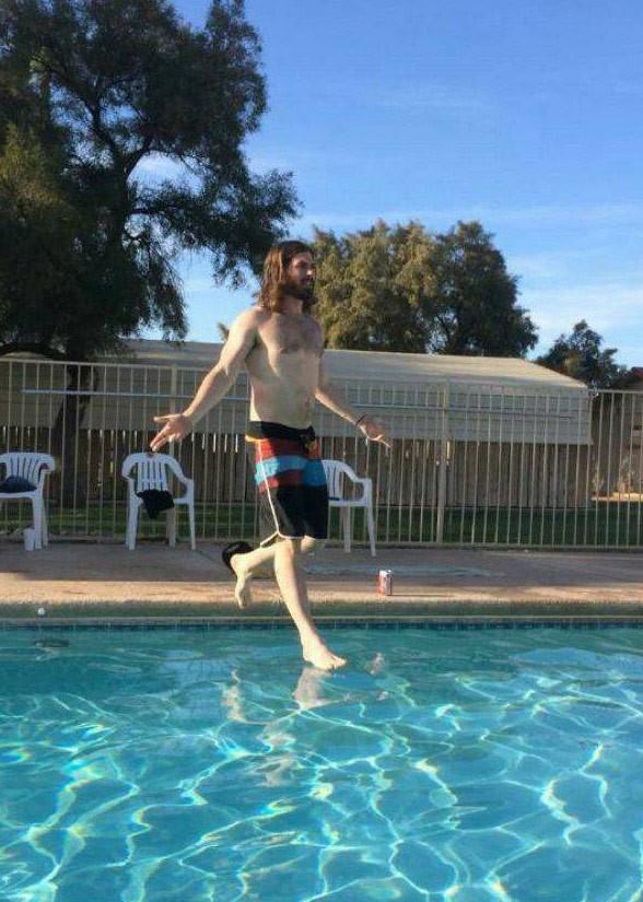 Jovem vira hit ao parecer andar sobre a água