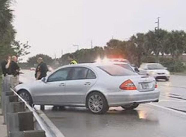Americano se atrapalha e atira em si mesmo após ameaçar motorista rival