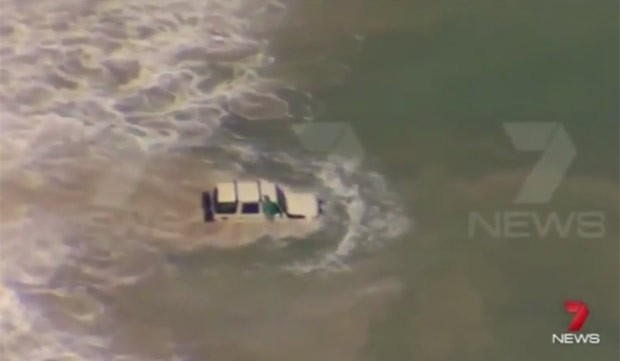 Motorista entra no mar na tentativa de fugir da polícia na Austrália