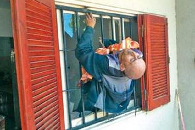 Ladrão fica entalado em janela ao tentar roubar casa na Argentina