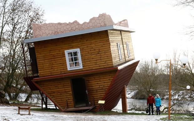 Casa construída de cabeça para baixo é atração