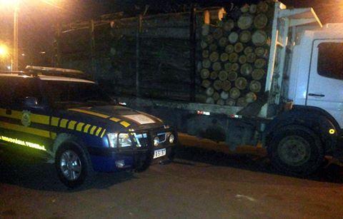 Caminhão de toras é flagrado transportando 15 toneladas de excesso de peso na BR 470, em Rio do Sul