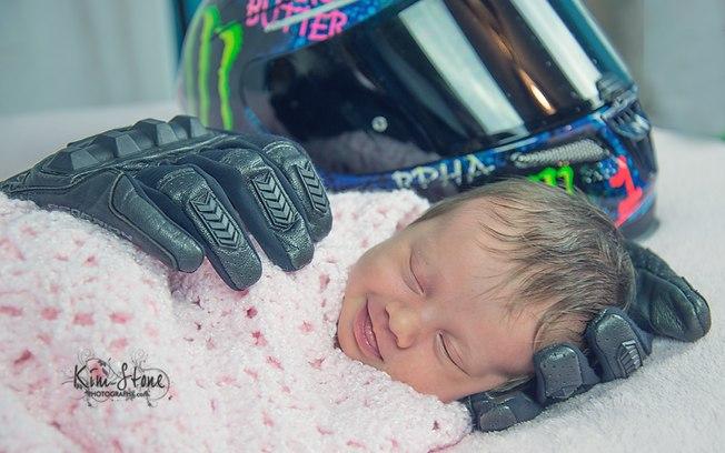 Foto de bebê segurada por luvas do pai morto antes de seu nascimento viraliza
