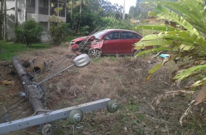 Carro derruba poste em Massaranduba e moradores ficam sem energia elétrica