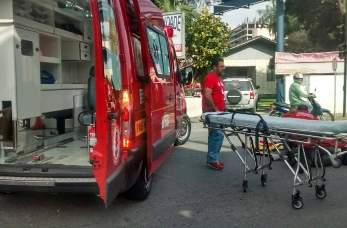 Motociclista fica ferido em colisão entre dois veículos no Vila Nova