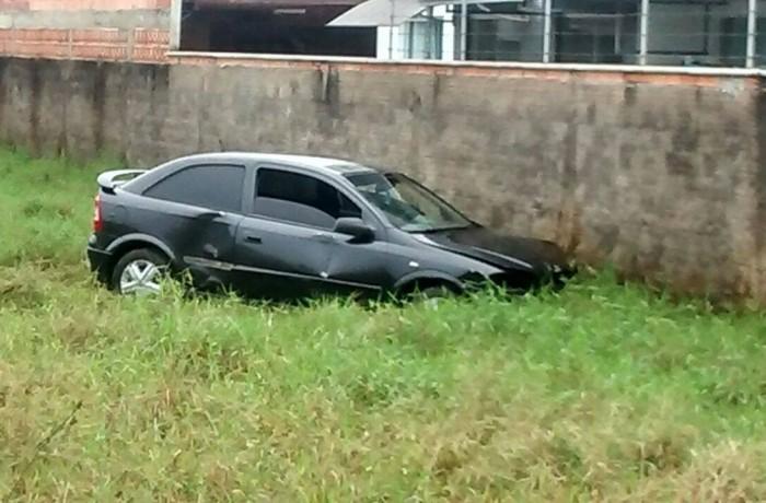 Carro bate em muro em Jaraguá do Sul