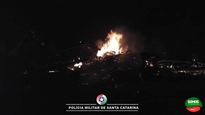 Casa é completamente destruída em incêndio em Schroeder