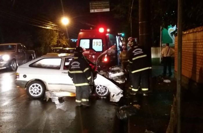 Motorista embriagado bate em poste e fica ferido em Jaraguá do Sul