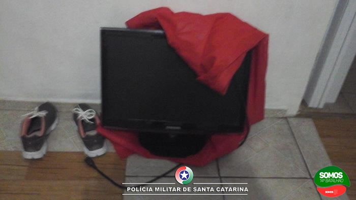 Com 25 passagens criminais, jovem é preso por furtar TV da família em Corupá