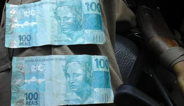 Atenção com dinheiro falso: PM apreende 3 notas de cem falsificadas