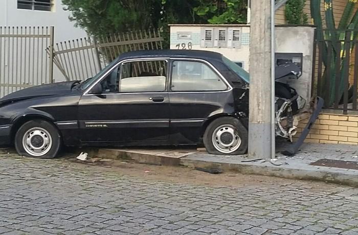 Motorista tenta fugir após bater carro em poste e muro em Jaraguá