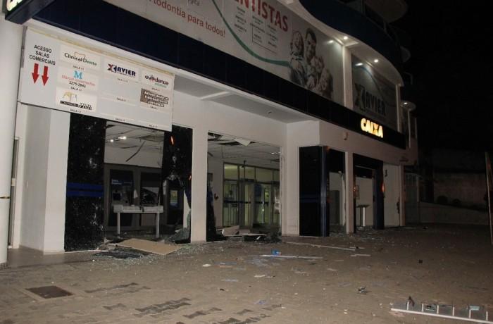 Agências bancárias têm caixas eletrônicos explodidos e sede da PM é alvo de tiros em SC