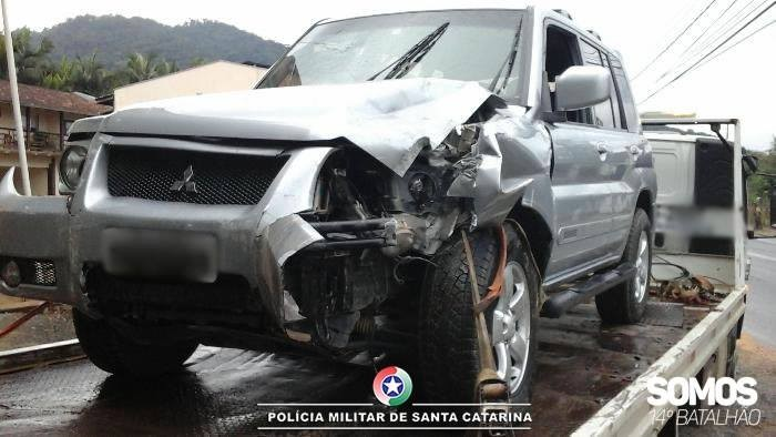 Motorista foge após colidir veículo contra muro em Schroeder
