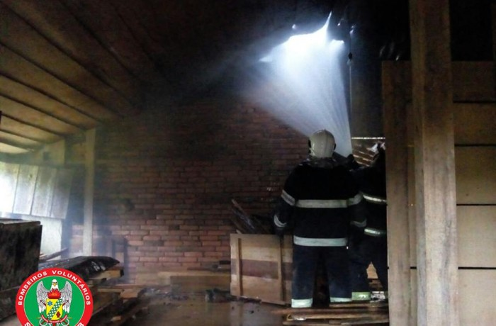 Bombeiros combatem incêndio em galpão em Schroeder