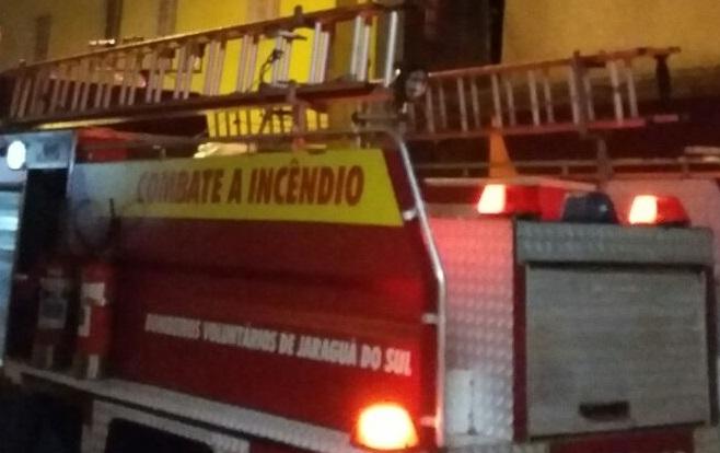 Bombeiros de Jaraguá combatem dois incêndios