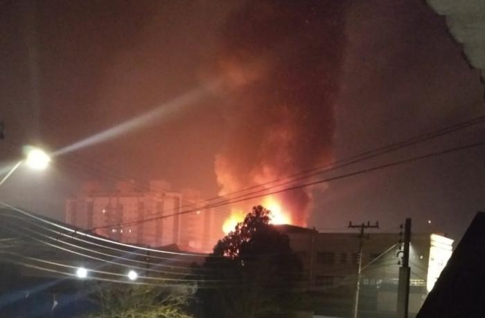 VÍDEO: Ouvinte assiste incêndio em empresa em Joinville