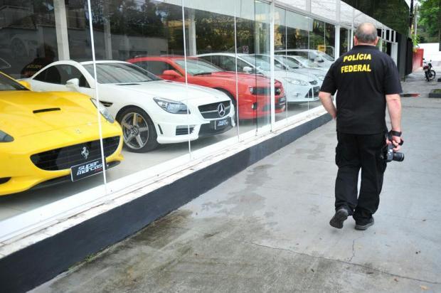 Carros de luxo são apreendidos durante operação da Polícia Federal em Joinville