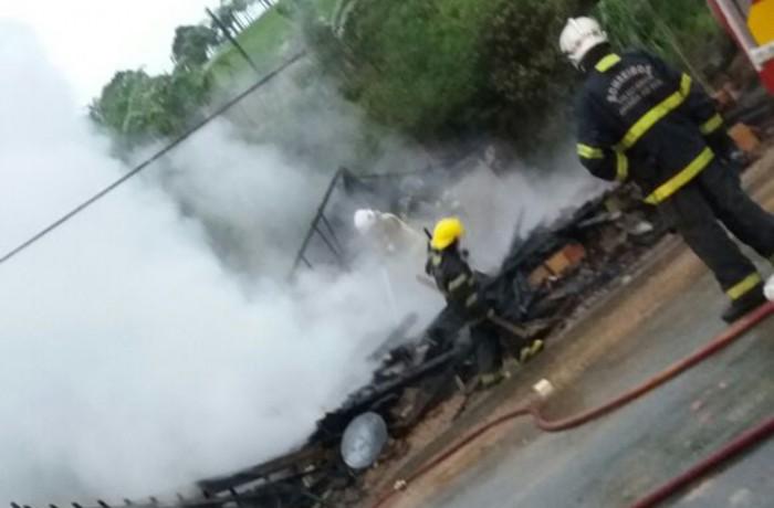 Casa é completamente destruída por incêndio em Jaraguá do Sul