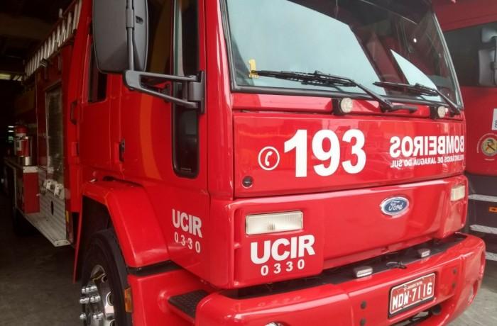 Bombeiros combatem incêndio em veículo em Jaraguá do Sul