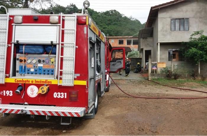 Incêndio em residência mobiliza caminhões dos bombeiros em Jaraguá do Sul