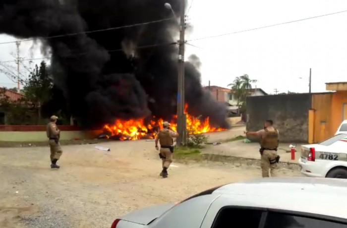 Três pessoas morreram e uma ficou ferida após queda de helicóptero na zona sul de Joinville