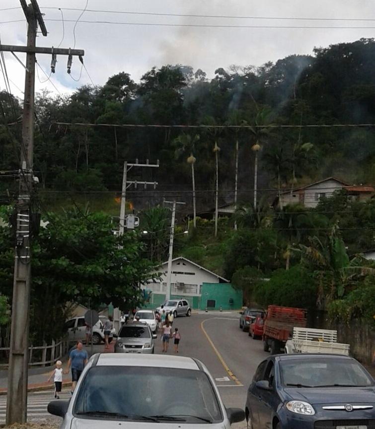 Incêndio em matagal foi registrado no início da tarde desta sexta-feira(27) l Foto: Divulgação/RBN