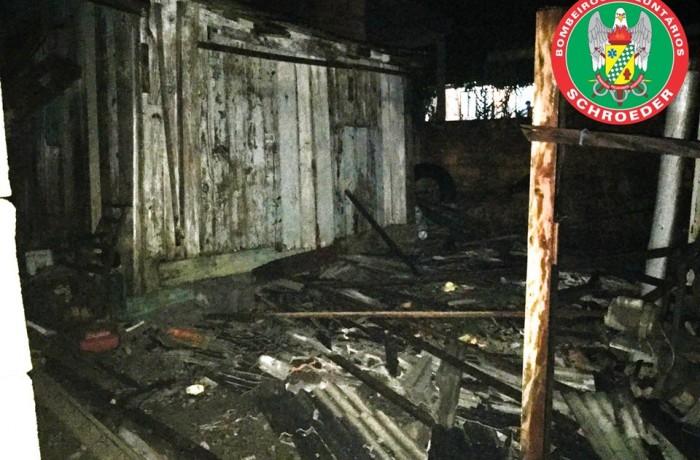 Casa é devastada por incêndio em Schroeder