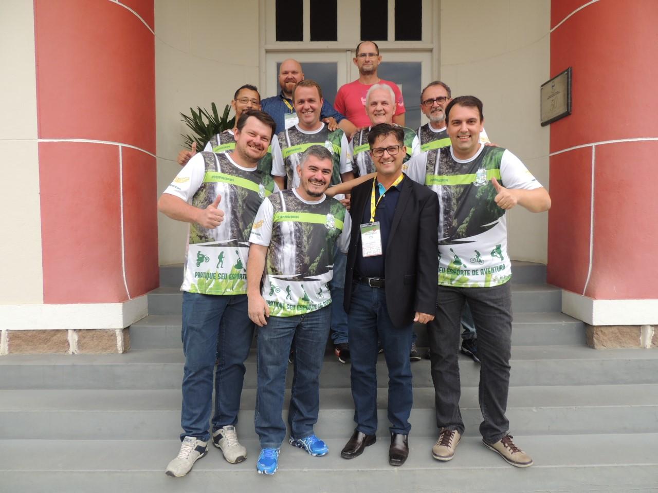 thumbnail_Equipe de bolão posou pra foto na frente da Prefeitura de Corupá com o prefeito Gottardi