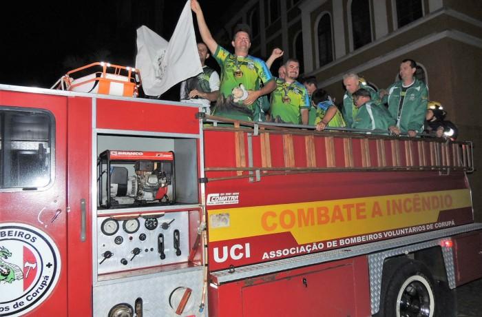 Equipe de Bolão desfilou pelas ruas de Corupá em comemoração ao título de campeã da modalidade nos JASC