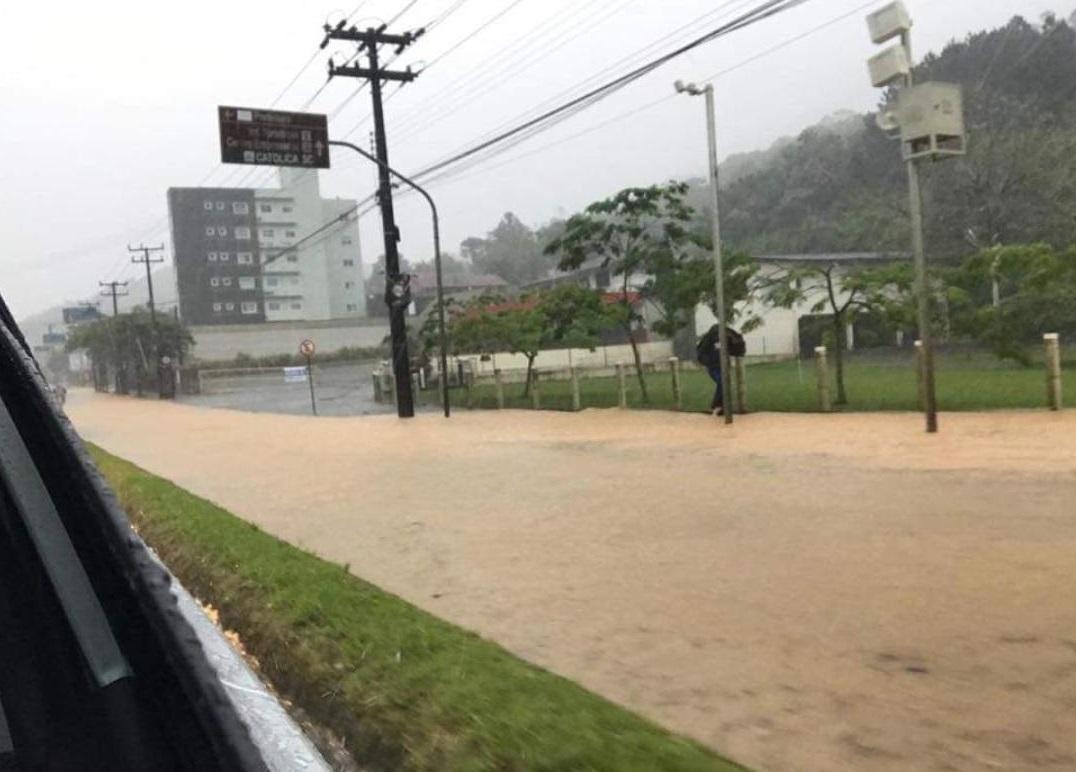 Avenida Prefeito Waldemar Grubba, tomada pela água no temporal de domingo(3) Foto: Redes Sociais/Reprodução