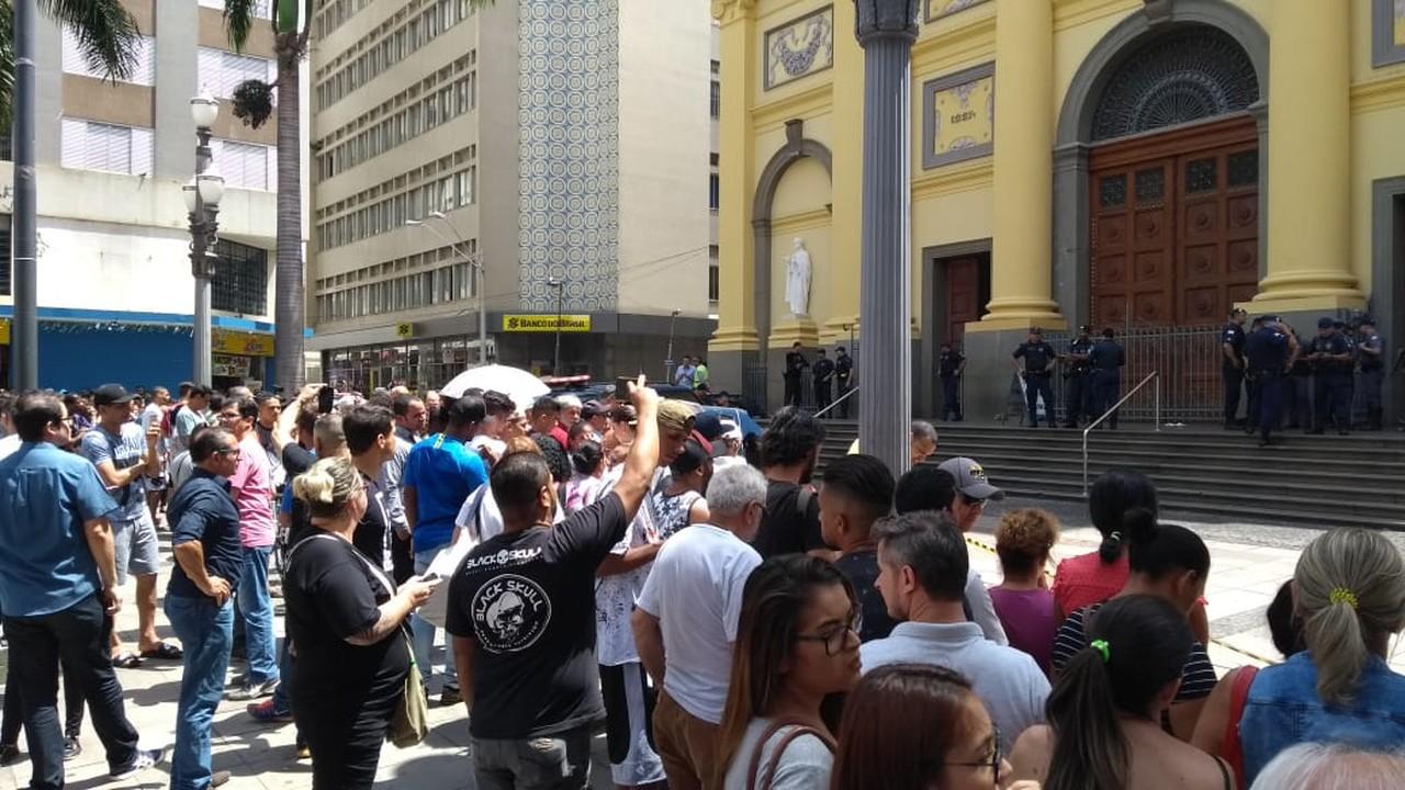 Multidão na frente da Catedral, em Campinas, Foto: Fernando Evans / G1