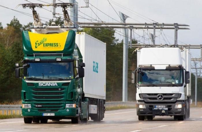 """Estrada alemã tem """"cabos"""" que carregam caminhões elétricos em movimento"""