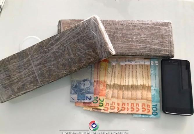 Droga, dinheiro e celular apreendidos(Foto: PM)