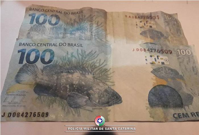 Policiais apreenderam duas cédulas falsas de R$100(Foto PM,Divulgação)