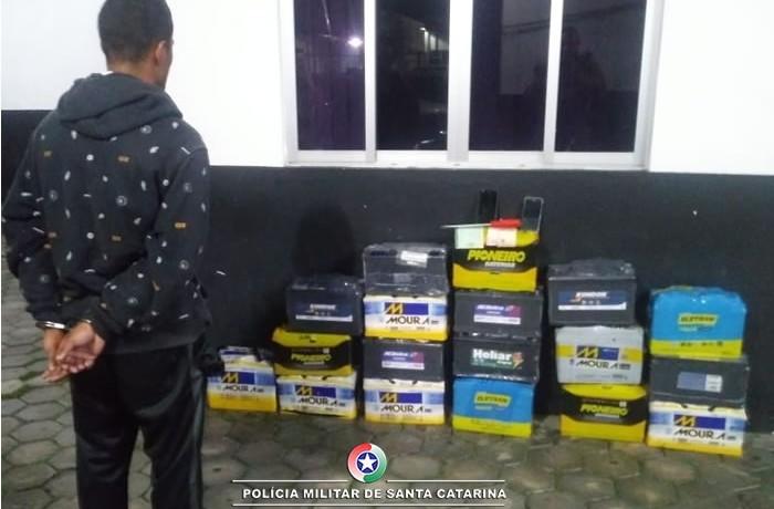 Criminoso tinha 18 baterias dentro do carro(FOTO Polícia Militar/Divulgação)