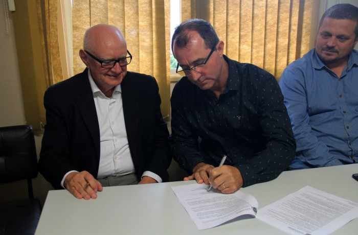 Presidente do Instituto Santè, Tecio Egon Paulo Kasten(E) e o prefeito Chiodini, assinaram contrato