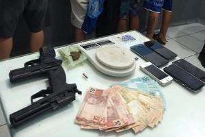 Dinheiro, drogas, munição, dois simulacros de arma de fogo e cinco celulares (Foto: 14º Batalhão/Divulgação)
