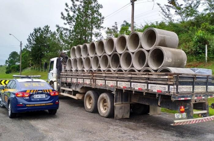 Cargas tiveram que ser amarradas e motoristas seguiram viagem, após a multa. Foto: PRF Barra Velha