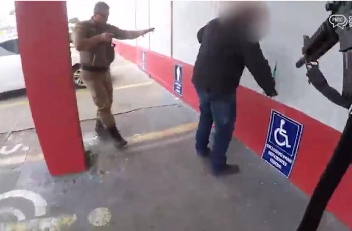 Acusado foi abordado por dois policiais militares no estacionamento de um supermercado(foto reprodução)