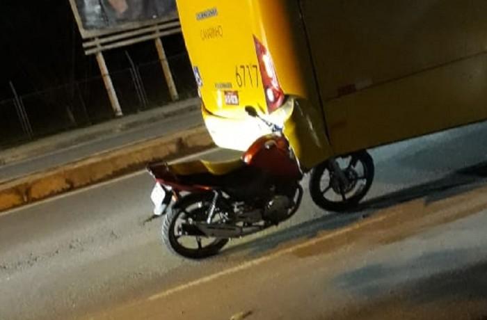 Moto se prendeu na traseira de ônibus(FOTO DIVULGAÇÃO)