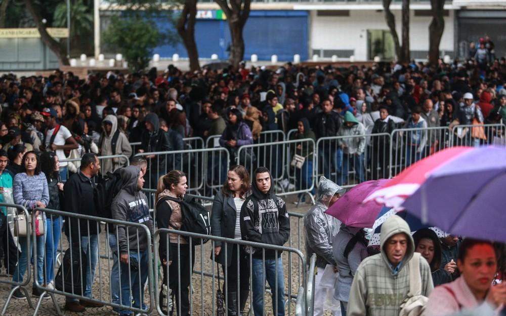 Desempregados fazem fila em mutirão de emprego no Vale do Anhangabaú, Centro de São Paulo — Foto: Werther Santana/Estadão Conteúdo