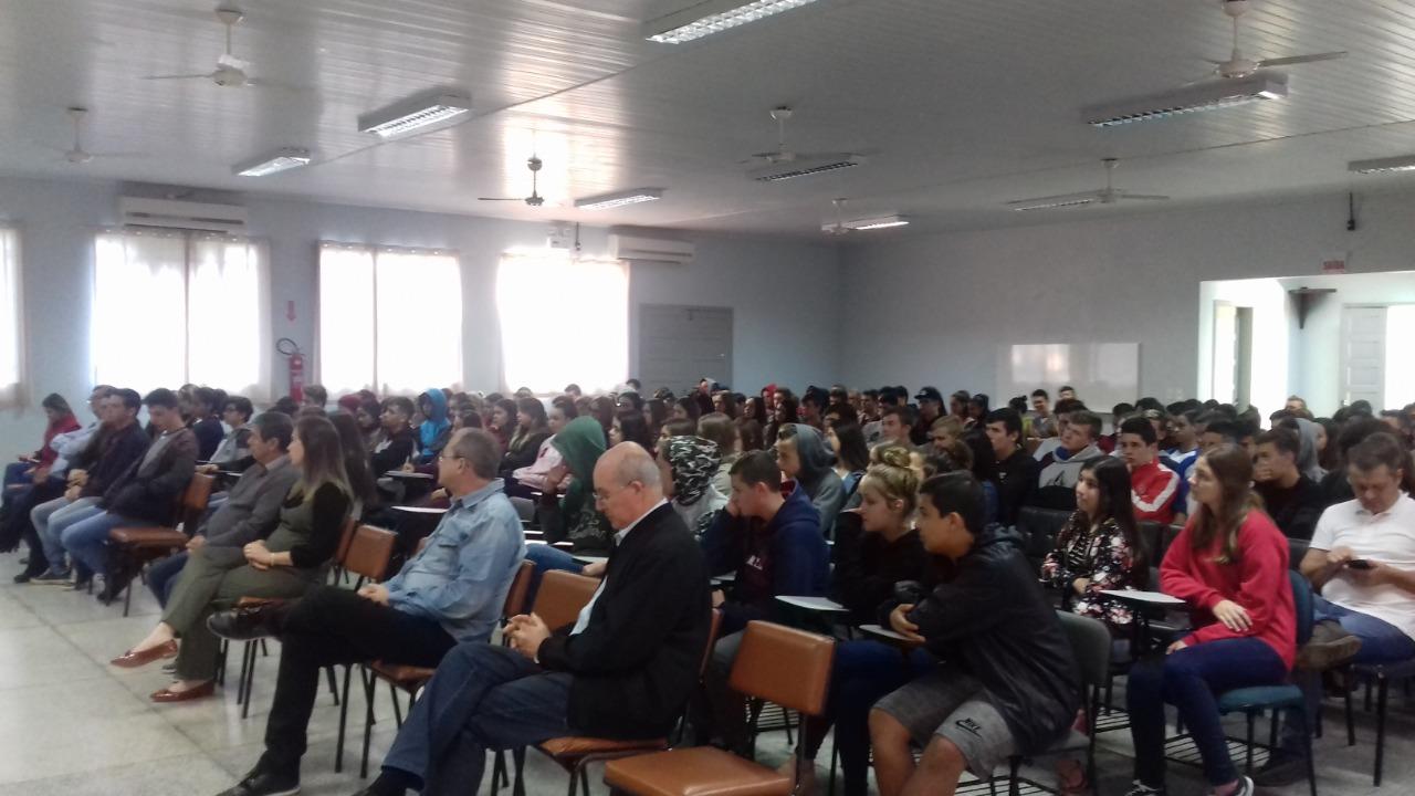 Abertura reuniu comunidade escolar e convidados na Escola Teresa Ramos