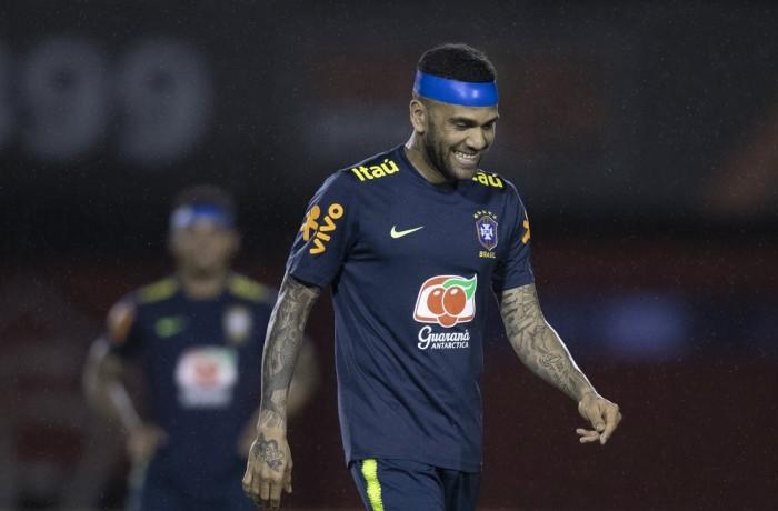 Daniel Alves conta com axé da Bahia, sua terra, para a Seleção vencer a Venezuela — Foto: Lucas Figueiredo/CBF